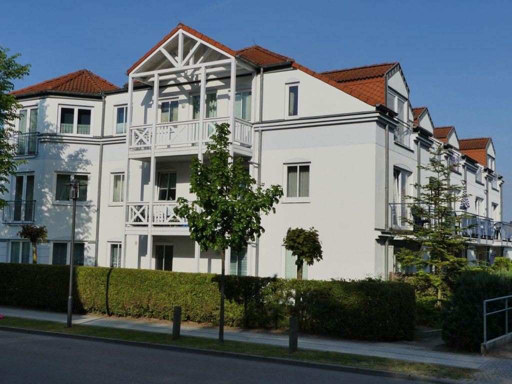 """KOJE55 in der FeWo Anlage """"Am Stadtwald"""", Straßenansicht Westseite"""